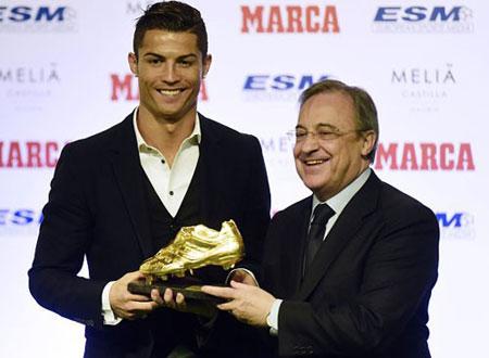 Perez vui mừng trao giải cho Ronaldo