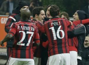 Các cầu thủ Milan ăn mừng bàn thắng