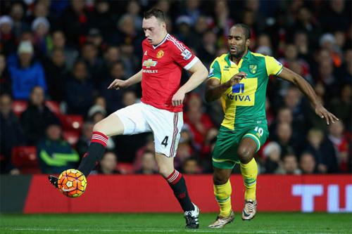 Jones (áo đỏ) thi đấu trong trận thua Norwich cuối tuần qua. Ảnh: Reuters.