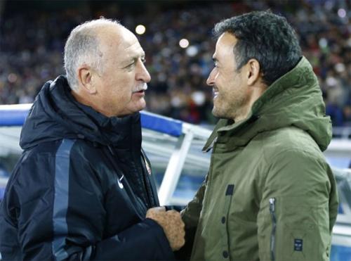 Scolari vui vẻ trao đổi với đồng nghiệp trẻ Luis Enrique sau trận bán kết. Ảnh: Reuters