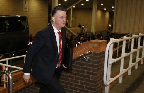 HLV Van Gaal bất ngờ cư xử thô lỗ. Ảnh: Reuters.