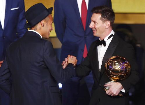 Neymar chưa thể vượt qua được bóng của Messi tại Barca. Ảnh: Reuters.