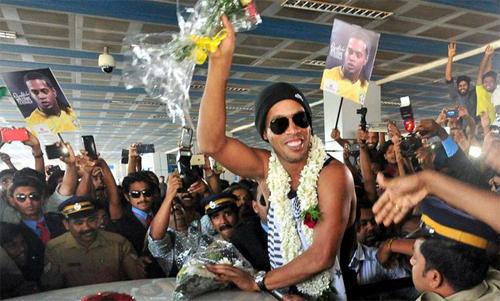 Ronaldinho được chào đón tại Ấn Độ.