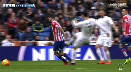 """Ronaldo tung cú """"đá nguội"""" về phía Cases"""
