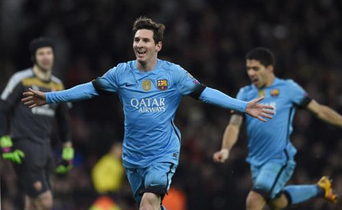 Cech chỉ còn là một nạn nhân của Messi. Ảnh: Reuters.
