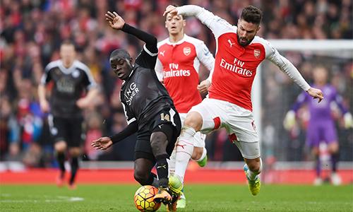 Leicester (áo đen) chỉ thua ở những giây cuối cùng, trong trận cầu mà họ hơi ngang ngửa Arsenal. Ảnh: Reuters.