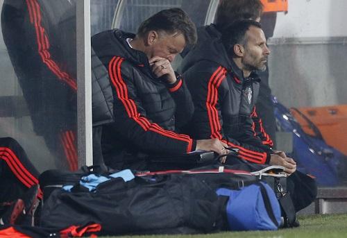 HLV Louis Van Gaal thất vọng chứng kiến thất bại của đội khách. Ảnh: Reuters.