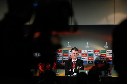 Man Utd đang sống những ngày tăm tối với Van Gaal. Ảnh: Reuters.