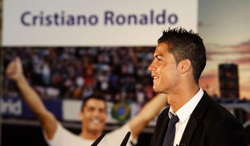 Ronaldo thể hiện kỹ năng dẫn bóng nhưng không thành
