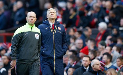 Wenger lộ sự thất vọng khi rời Old Trafford. Ảnh: Reuters.